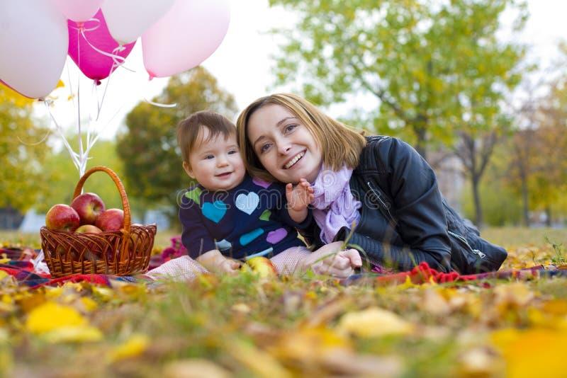 Portret van moeder met baby in openlucht in de herfst stock foto