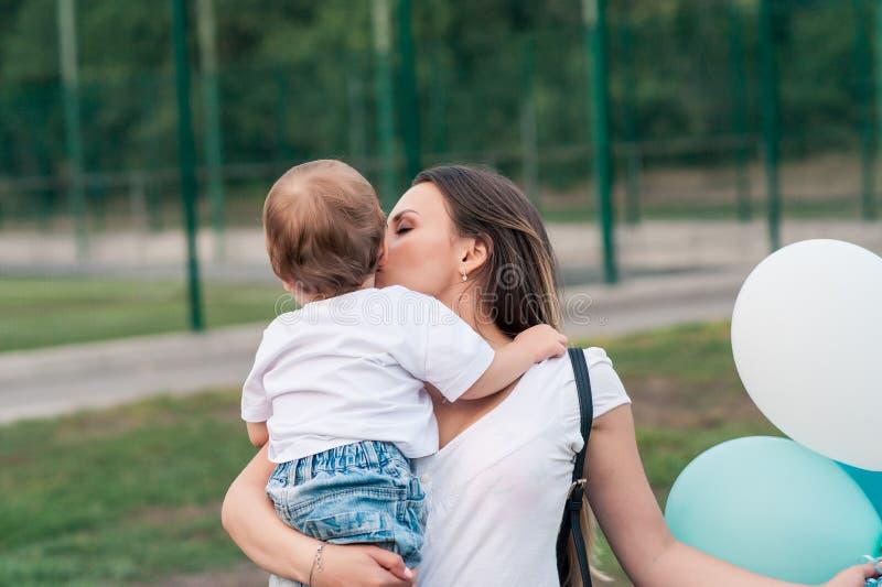 Portret van moeder met haar zoon in openlucht stock foto
