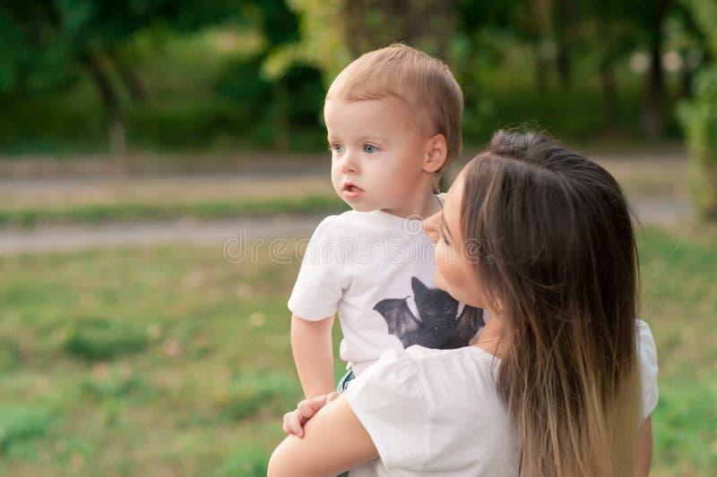 Portret van moeder met haar zoon in openlucht stock foto's