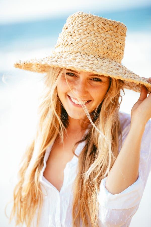 Portret van mooi blond meisje op het strand royalty-vrije stock afbeelding