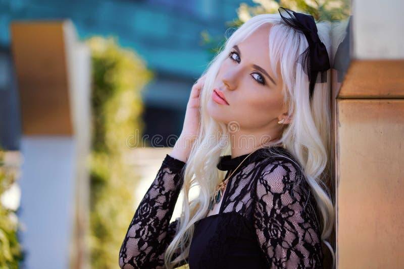 Portret van mooi blondemeisje met make-up royalty-vrije stock afbeeldingen