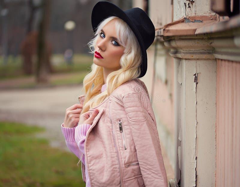 Portret van mooi blondemeisje met perfecte make-up stock foto