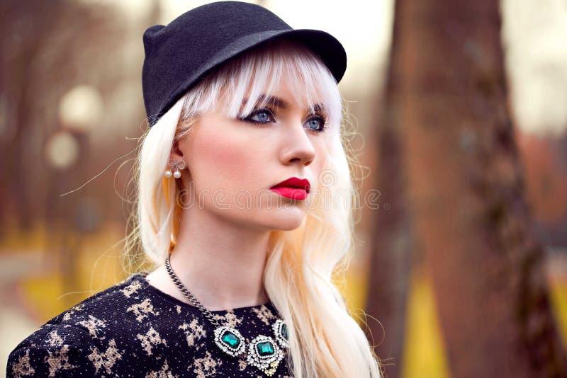 Portret van mooi blondemeisje met perfecte make-up stock afbeelding