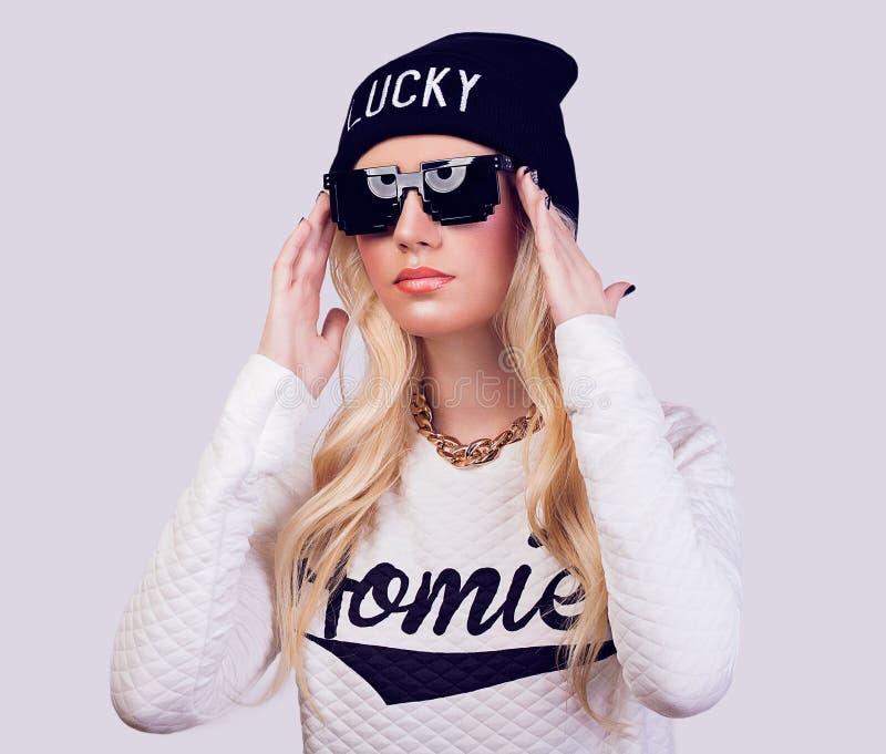 Portret van mooi blondemeisje met zonnebril stock afbeeldingen