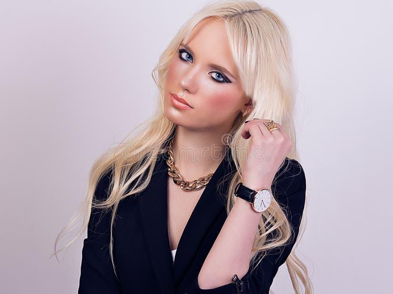 Portret van mooi blondemodel met make-up royalty-vrije stock foto's