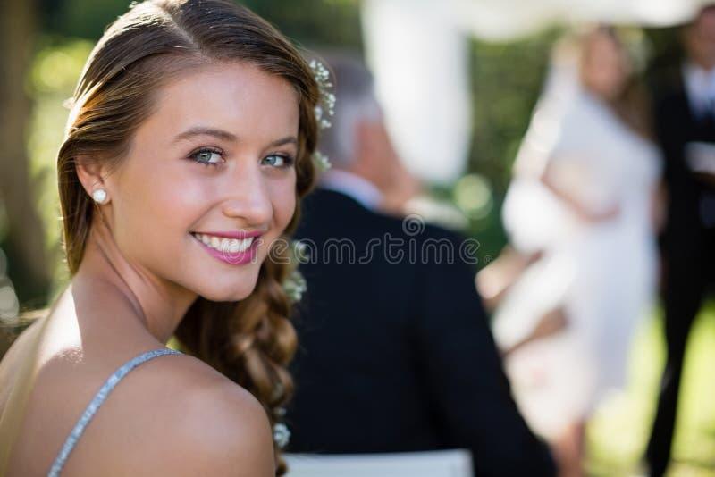 Portret van mooi bruidsmeisje die in park glimlachen royalty-vrije stock fotografie