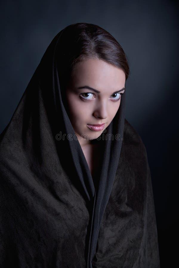 Portret van mooi brunette in een kaap stock afbeeldingen