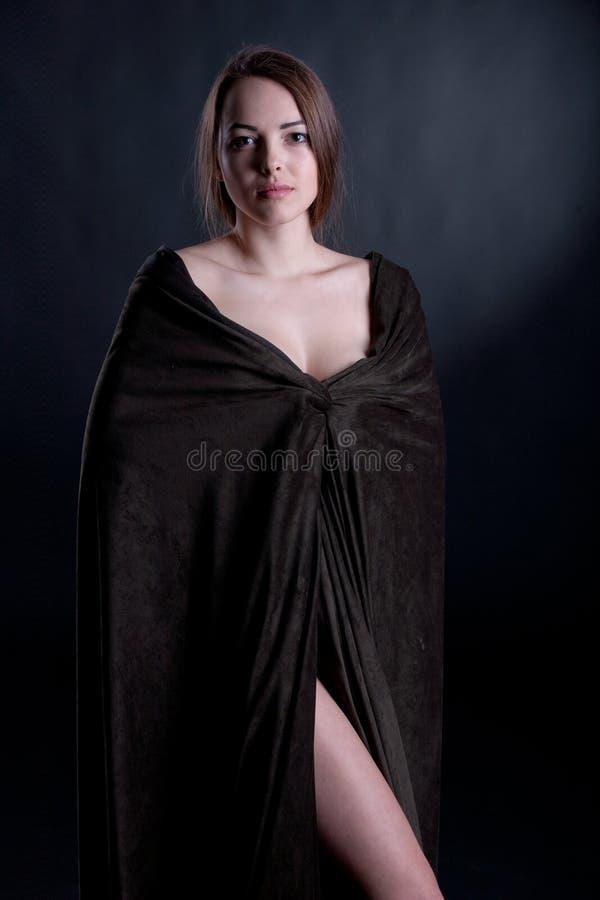 Portret van mooi brunette in een regenjas royalty-vrije stock afbeeldingen