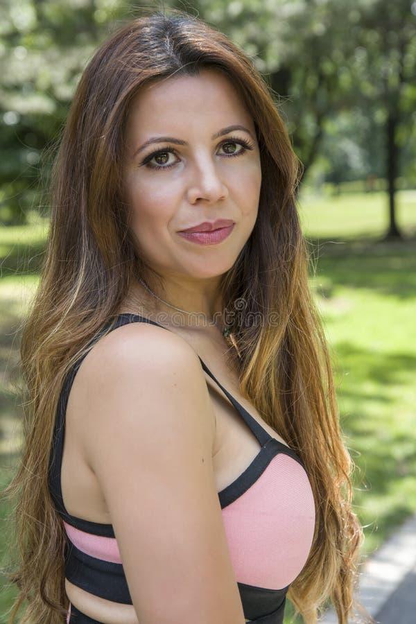 Portret van mooi brunette in openlucht in aard royalty-vrije stock afbeeldingen