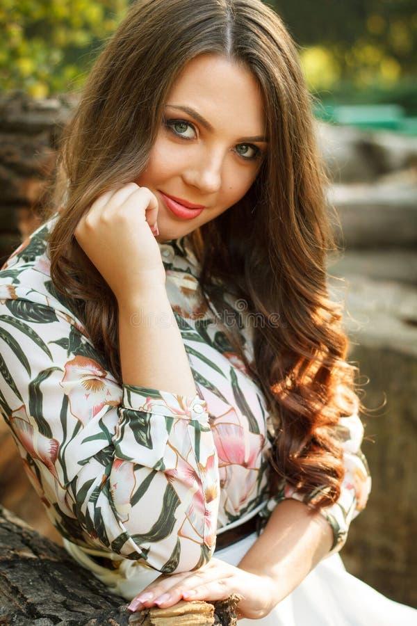 Portret van mooi donkerbruin meisje stock afbeeldingen