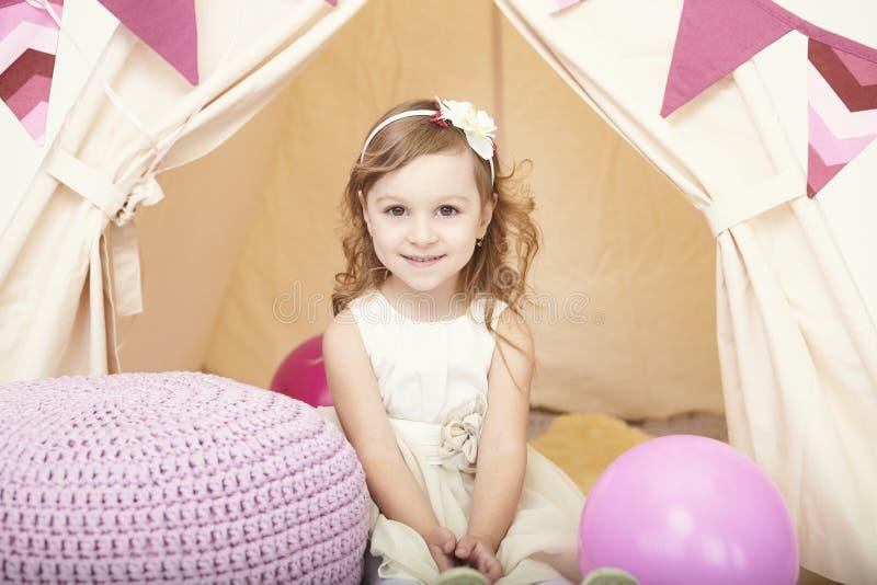Portret van mooi gelukkig meisje met ballon royalty-vrije stock afbeeldingen