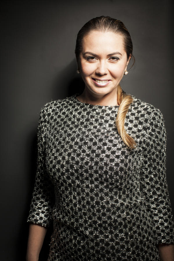 Portret van mooi glimlach vrouwelijk model in zwarte stock foto's