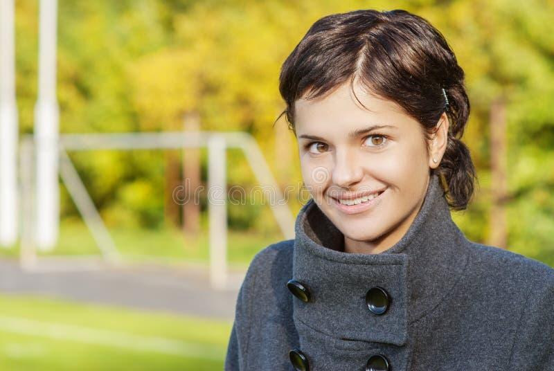 Portret van mooi glimlachend donkerbruin meisje royalty-vrije stock afbeeldingen