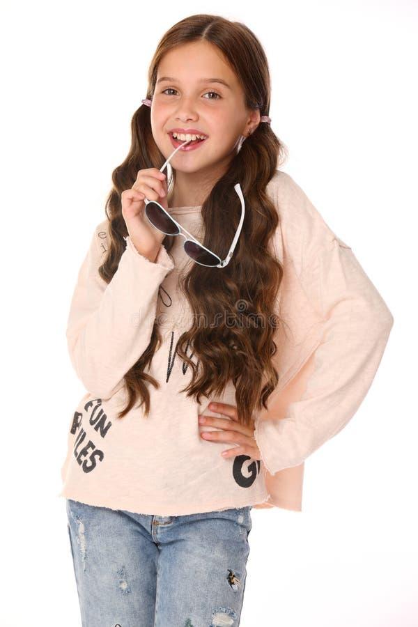 Portret van mooi glimlachend kindmeisje in jeans royalty-vrije stock afbeeldingen