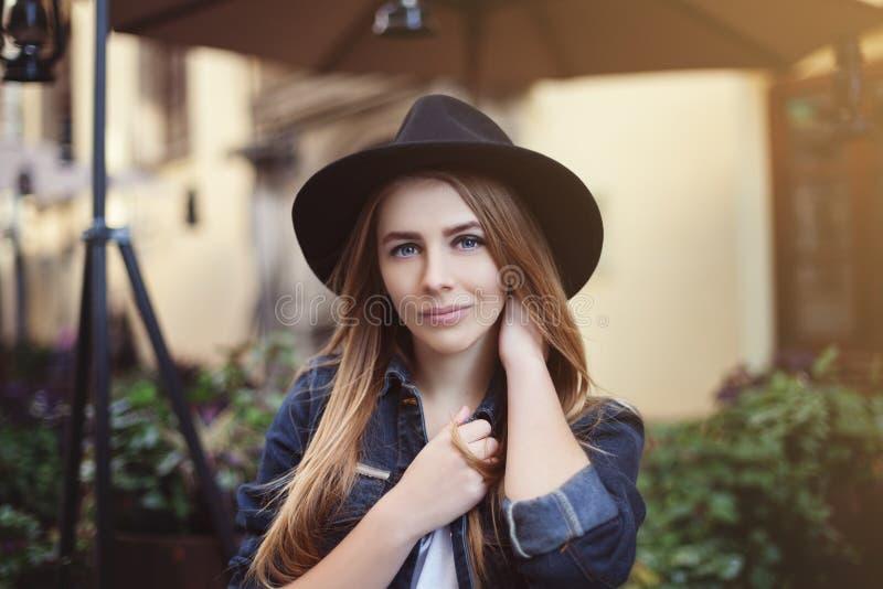 Portret van mooi glimlachend meisje Sluit omhoog gestemd stock foto's