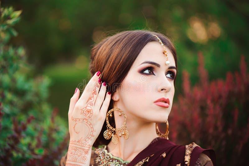 Portret van mooi Indisch meisje Jong Hindoes vrouwenmodel met tatoomehndi en kundan juwelen Traditioneel kostuum royalty-vrije stock afbeeldingen
