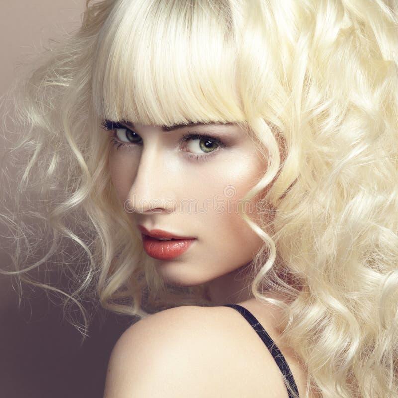 Portret van mooi jong blondemeisje royalty-vrije stock foto