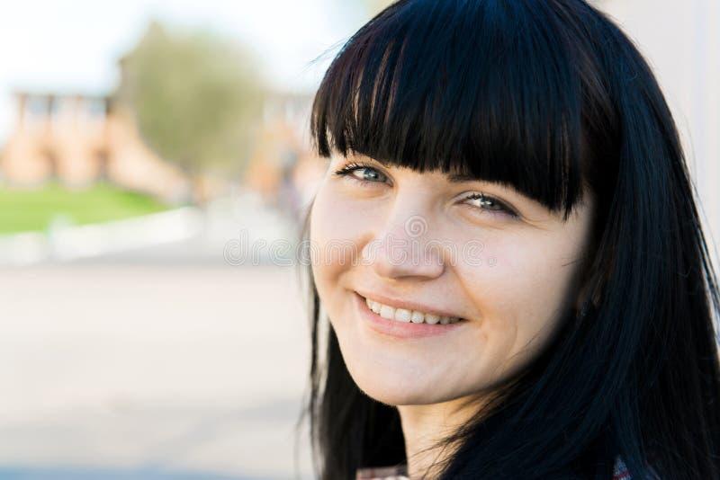 Portret van mooi jong donkerbruin meisje stock fotografie