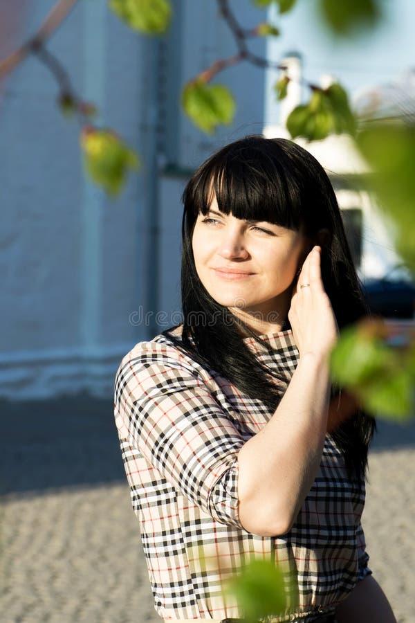 Portret van mooi jong donkerbruin meisje stock foto