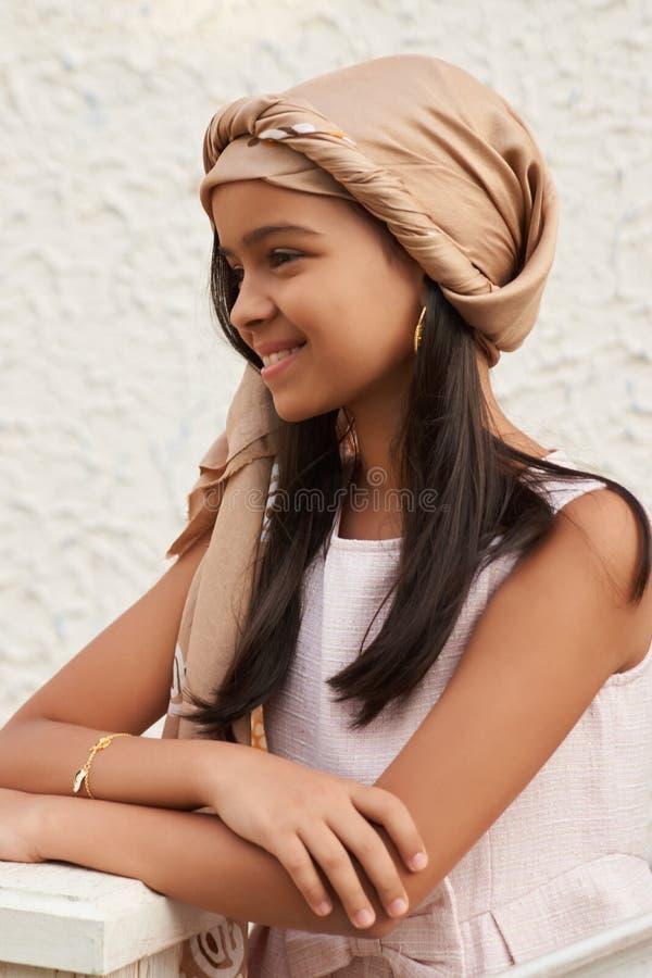 Portret van mooi jong donkerbruin meisje met donker lang haar stock foto's