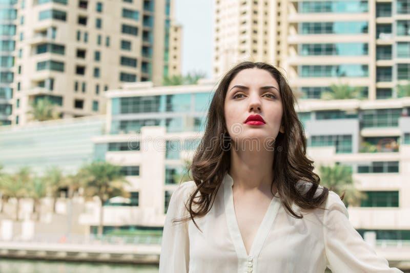 Portret van Mooi Jong Donkerbruin Meisje met Rode lippenstiftslijtage royalty-vrije stock foto