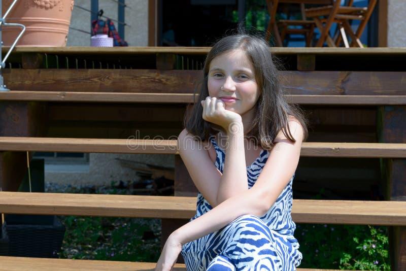 Portret van mooi jong glimlachend tienermeisje, openlucht royalty-vrije stock fotografie