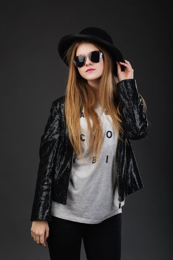 Portret van mooi jong meisje die zwarte vilten hoed, Sunglas dragen royalty-vrije stock foto