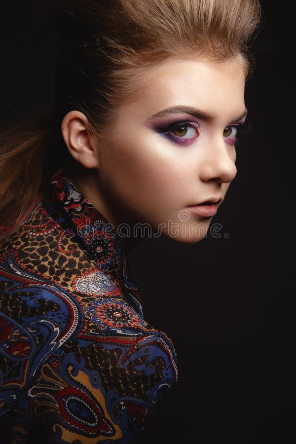 Portret van mooi jong meisje met betoverende avondmake-up stock foto
