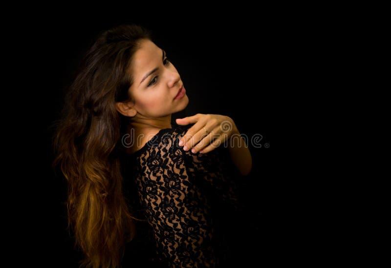 Portret van mooi jong meisje in zwarte stock foto's