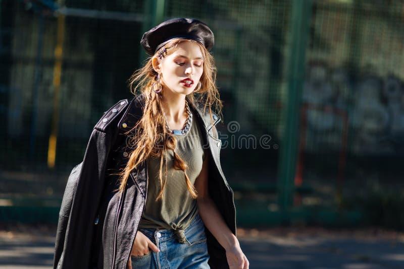 Portret van mooi jong veelbelovend model die zwarte leerbaret dragen royalty-vrije stock afbeelding