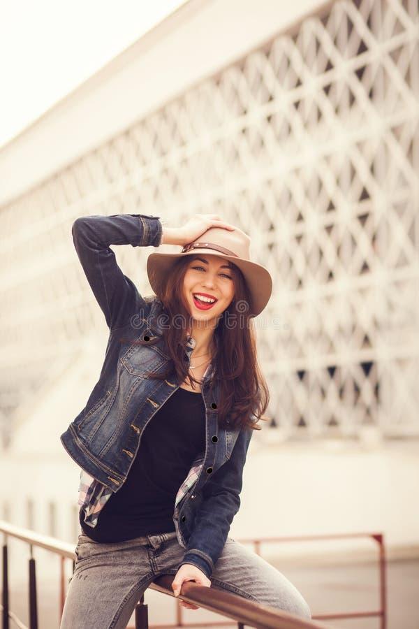 Portret van mooi koel meisje in hoed royalty-vrije stock afbeeldingen