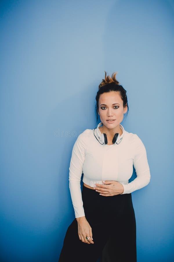 Portret van mooi maniermeisje op blauwe achtergrond stock afbeelding