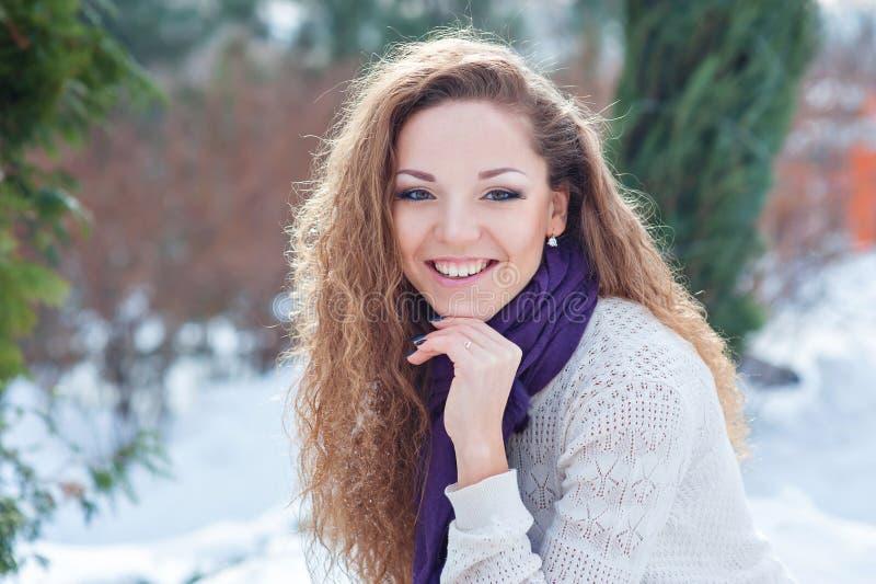 Portret van mooi meisje in de winter stock foto's
