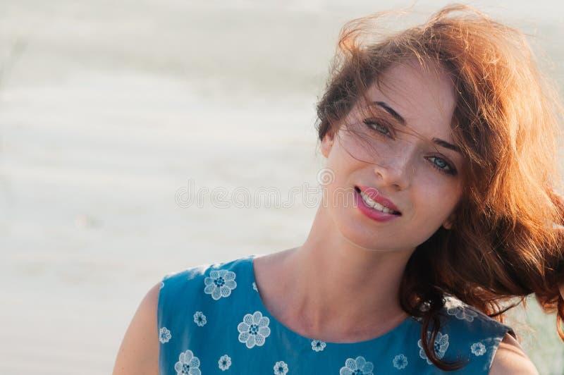 Portret van mooi meisje die echt, op backgrou van de de zomeraard glimlachen royalty-vrije stock fotografie