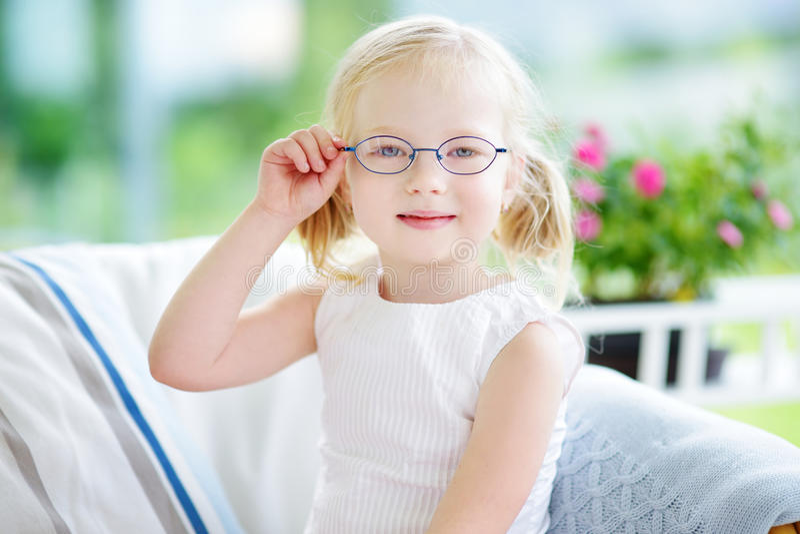 Portret van mooi meisje die glazen thuis dragen stock fotografie