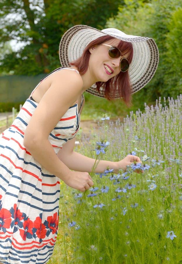 Portret van mooi meisje die hoed, kleding en zonnebril dragen royalty-vrije stock foto