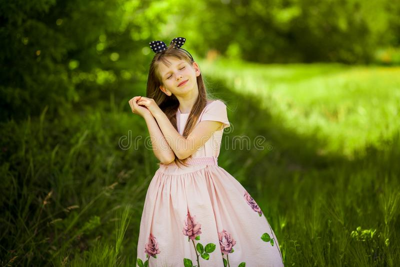 Portret van mooi meisje in elegante kleding stock foto