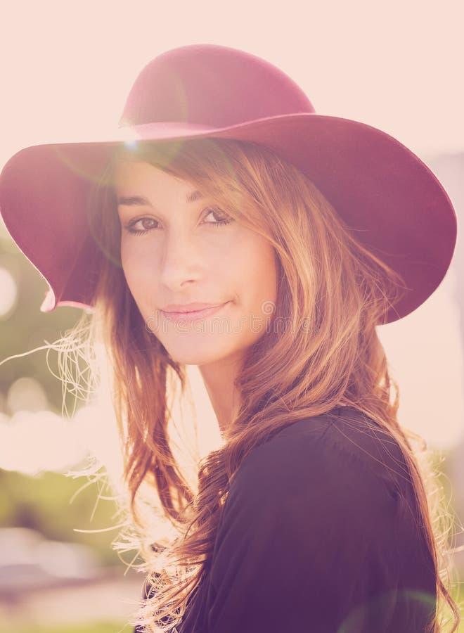 Portret van mooi meisje in hoed stock afbeeldingen