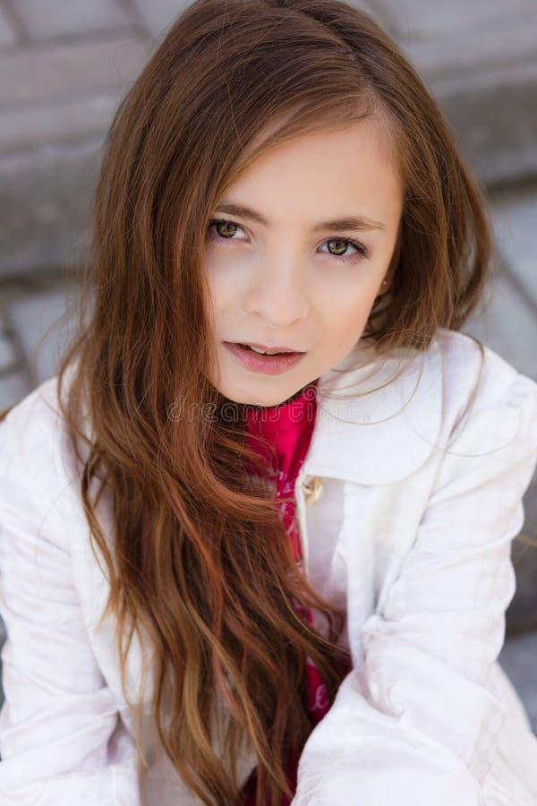 Portret van mooi meisje met donker haar en bruine ogen stock foto's