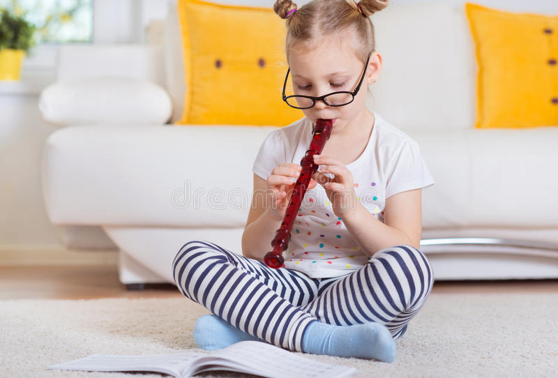 Portret van mooi meisje met fluit op vloer royalty-vrije stock foto