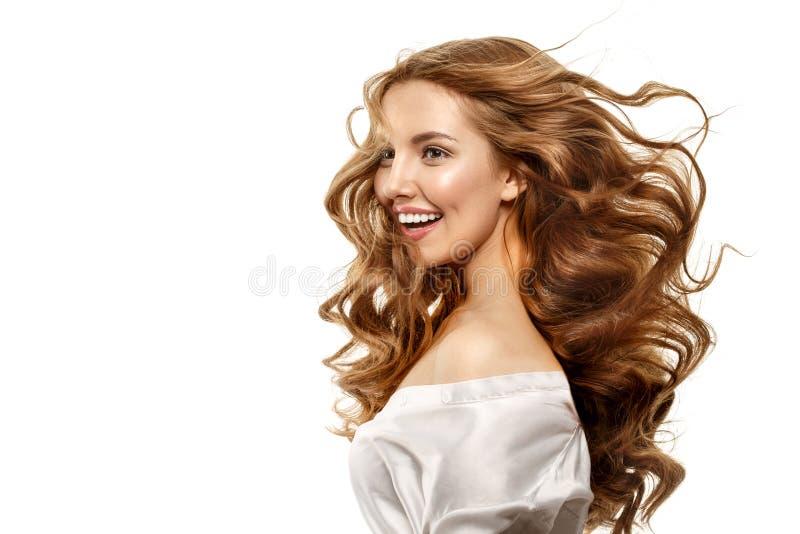 Portret van mooi meisje met lachebekje Het model het lachen bekijken camera Vliegend krullend haar De glimlach van de gelukkige v royalty-vrije stock afbeeldingen