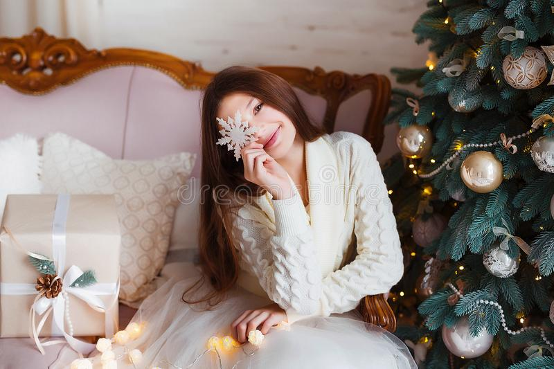 Portret van mooi meisje met lang haar die warme de winterkleren in Kerstmisbinnenland dragen royalty-vrije stock foto's