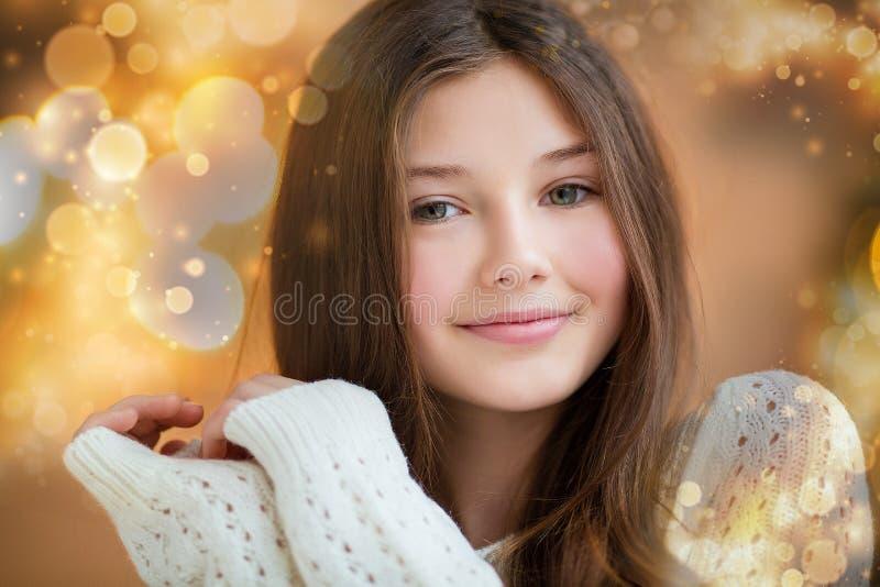Portret van mooi meisje met lang haar die warme de winterkleren in Kerstmisbinnenland dragen royalty-vrije stock afbeeldingen