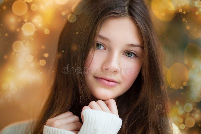 Portret van mooi meisje met lang haar die warme de winterkleren in Kerstmisbinnenland dragen royalty-vrije stock afbeelding