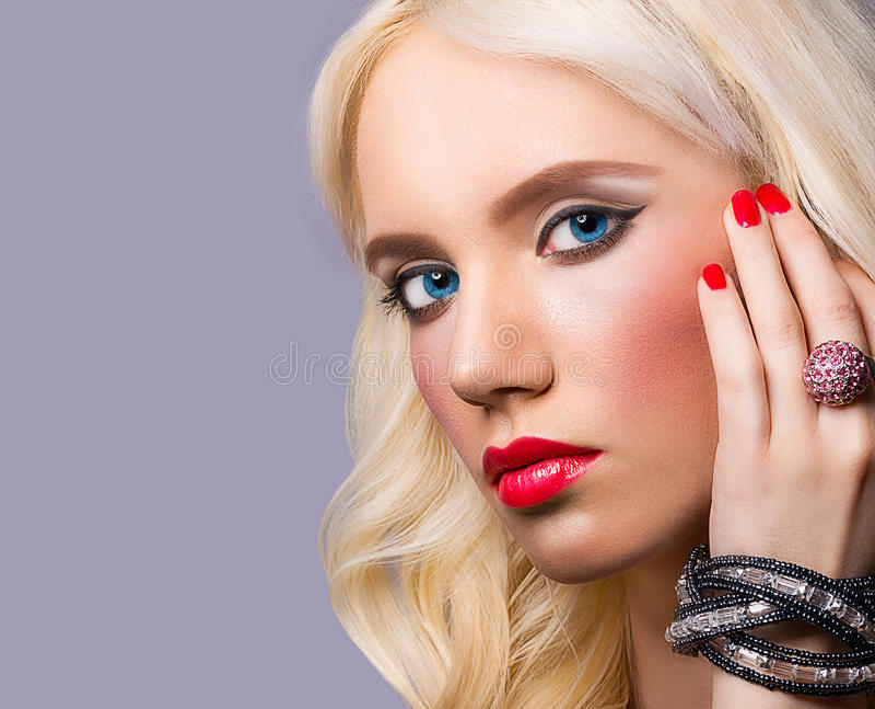 Portret van mooi meisje met perfecte make-up stock afbeelding
