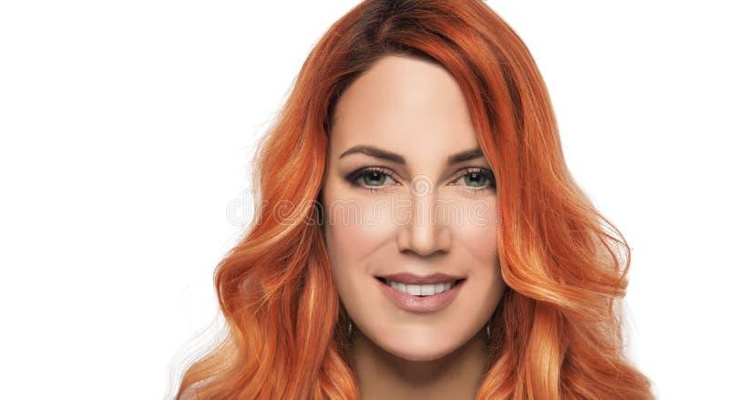 Portret van mooi meisje met rood haar op een witte achtergrond stock foto's