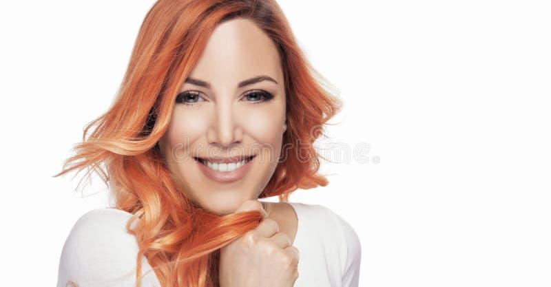 Portret van mooi meisje met rood haar op een witte achtergrond royalty-vrije stock afbeelding