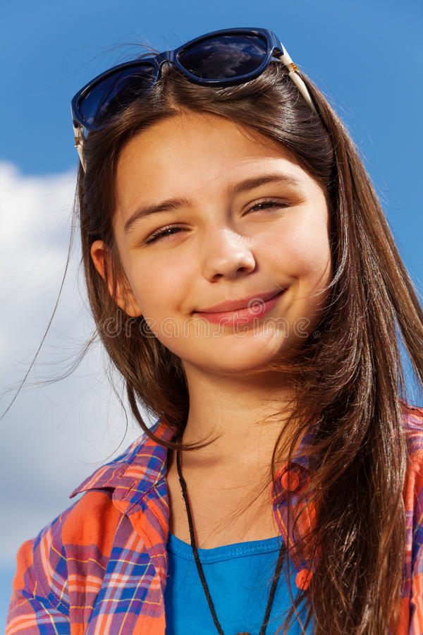 Portret van mooi meisje met zonnebril royalty-vrije stock afbeelding