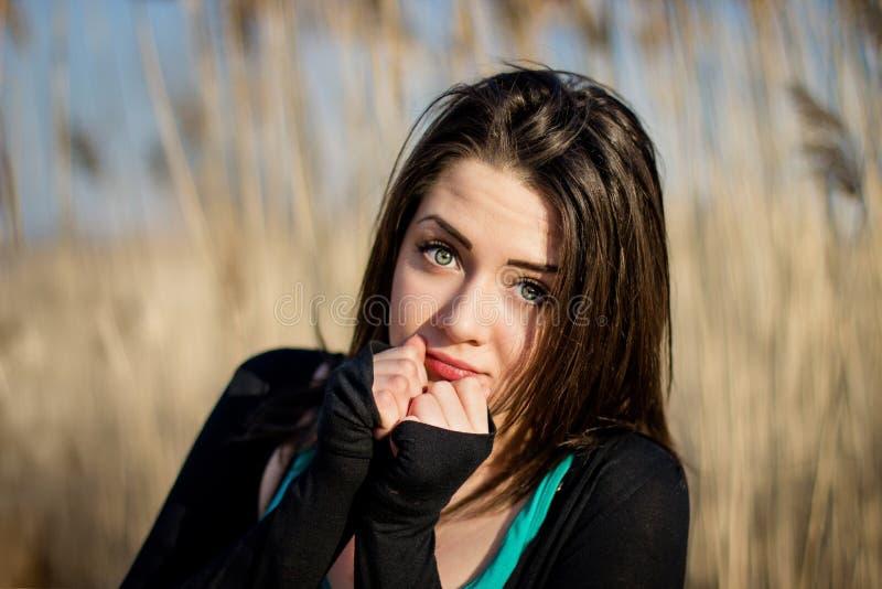 Portret van mooi meisje in oren in zonnige dag stock foto's
