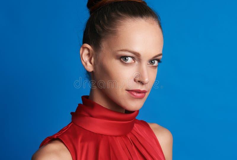 Portret van mooi meisje over blauwe achtergrond stock foto's